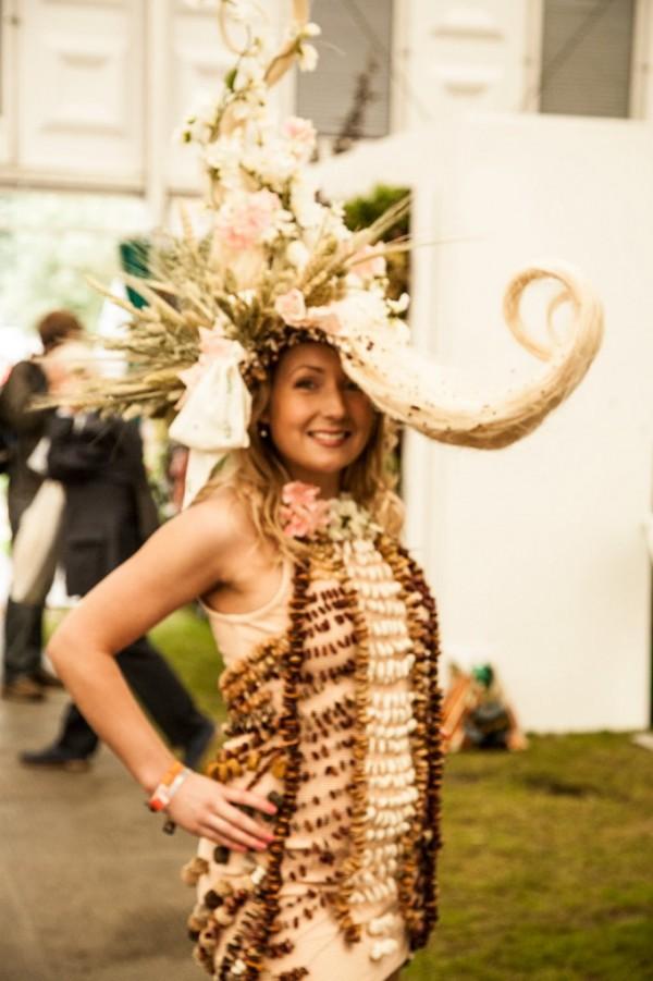 """Chapeau d""""coré avec des fleurs vu à Londres"""