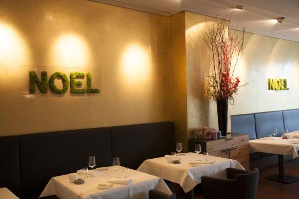 Restaurant Marly décoration noel avec une écriture en mousse