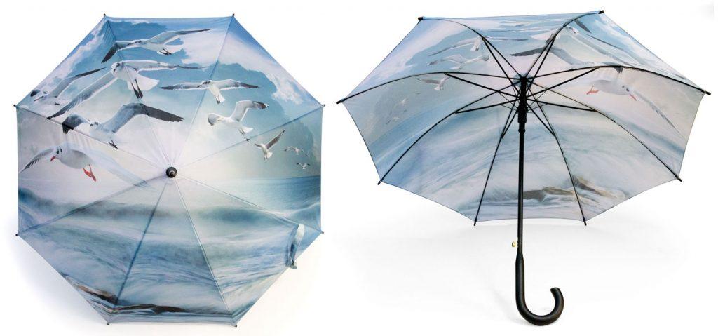 Parapluie à motif de mouettes volant sur la mer